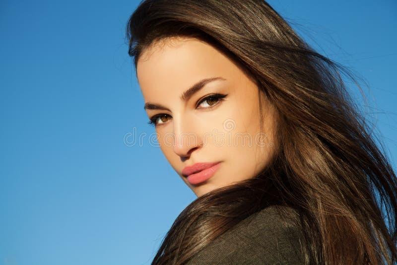 Portrait extérieur de jeune beauté naturelle image libre de droits