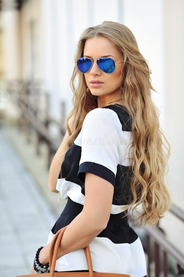Portrait extérieur de jeune belle femme attirante avec le handba photos stock