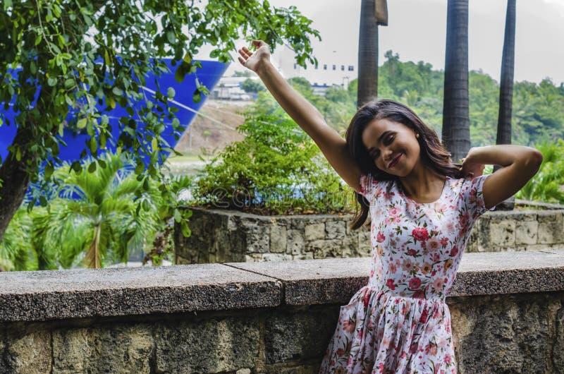 Portrait extérieur de jeune belle fille 19 à 25 ans Brunette se tourner vers la caméra avec un regard profond Port d'un floral fr images stock