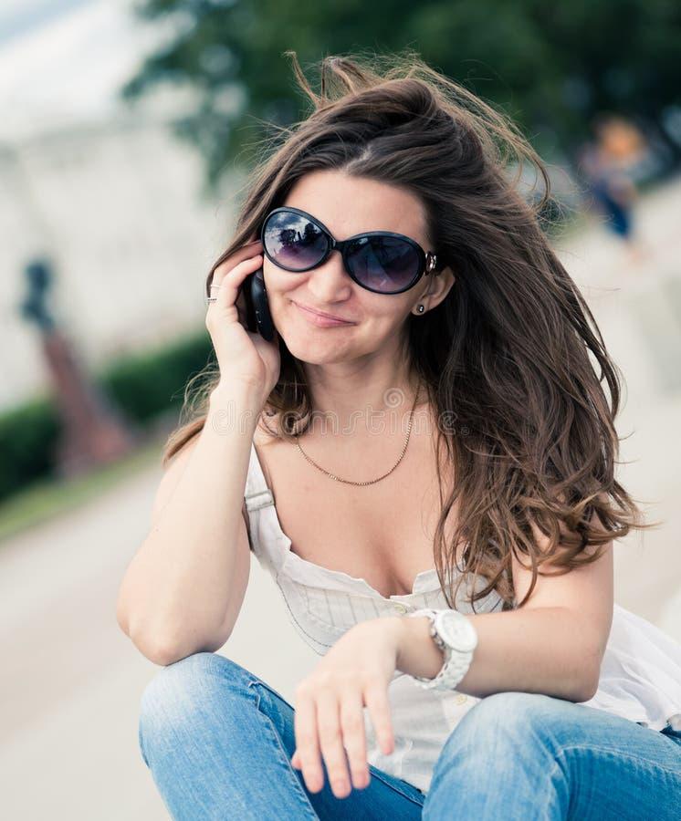 Portrait de jeune femme avec le téléphone image libre de droits