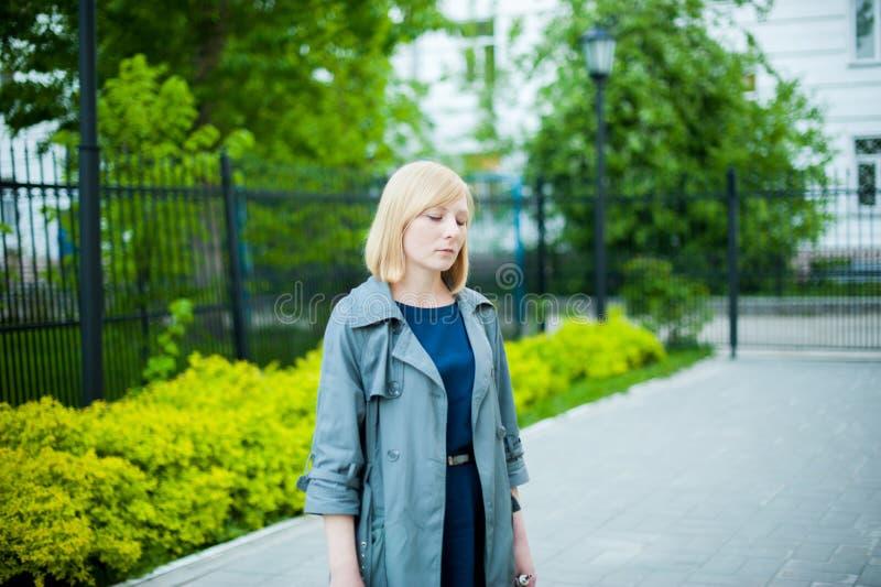 Portrait extérieur de jeune femme blonde photos stock