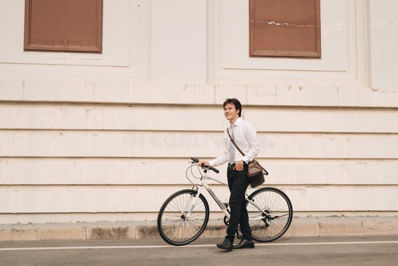 Portrait extérieur de jeune homme beau avec la bicyclette fixe i de vitesse image libre de droits