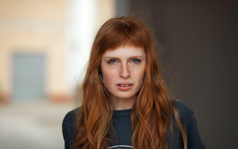 Portrait extérieur de jeune visage sérieux caucasien roux de femme photo libre de droits