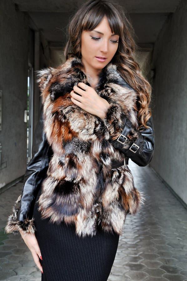 Portrait extérieur de la jeune belle femme à la mode posant sur la rue photos stock
