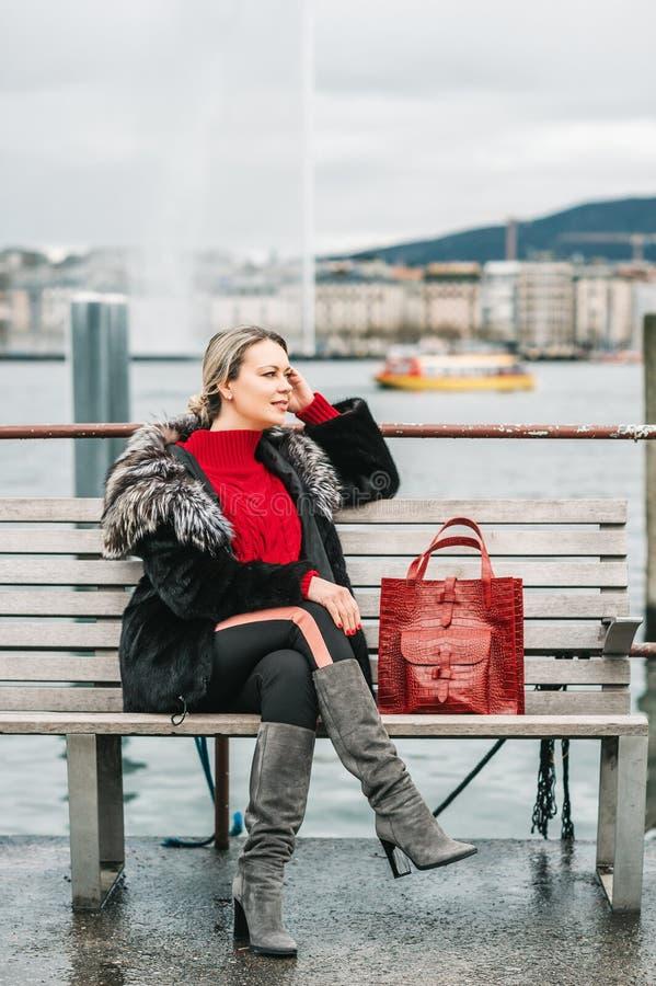 Portrait extérieur de mode de belle femme avec les cheveux blonds, images stock