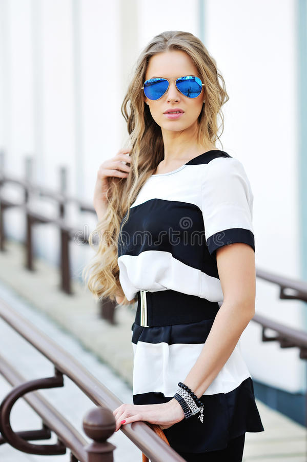 Portrait extérieur de mode de jeune femme attirante photo libre de droits