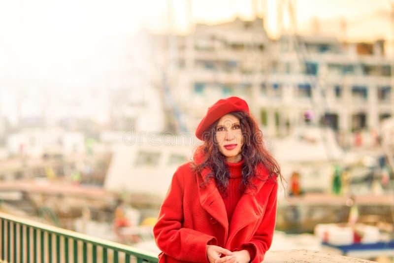 Portrait extérieur de mode de femme mûre photographie stock libre de droits