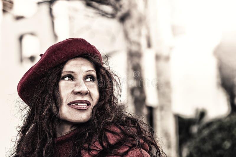 Portrait extérieur de mode de femme mûre photos libres de droits