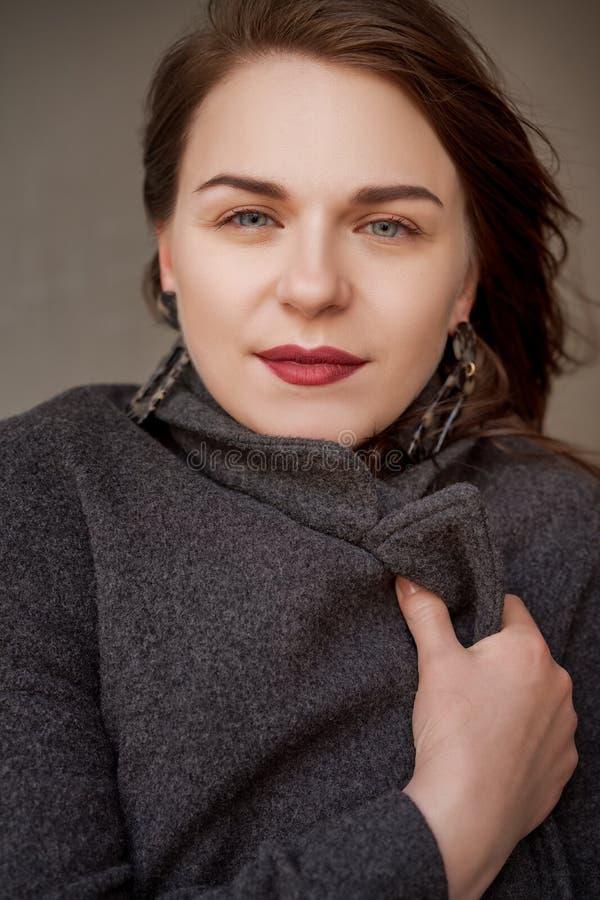 Portrait extérieur de mode de la belle fille à la mode posant dans la rue image stock