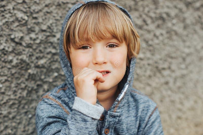 Portrait extérieur de petit garçon beau photographie stock libre de droits