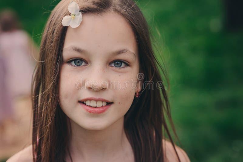 Portrait extérieur de plan rapproché de ressort des 11 années adorables de fille de la préadolescence d'enfant photos stock