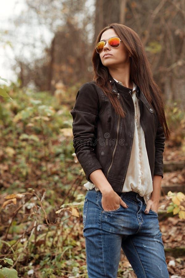 Portrait extérieur du beau modèle femelle posant le sungla de port image libre de droits