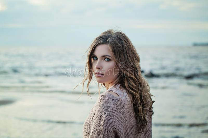 Portrait extérieur du regard de jeune femme image stock