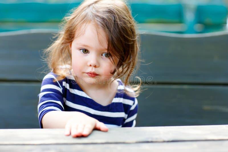 Portrait extérieur en gros plan de belle fille adorable d'enfant en bas âge photo libre de droits