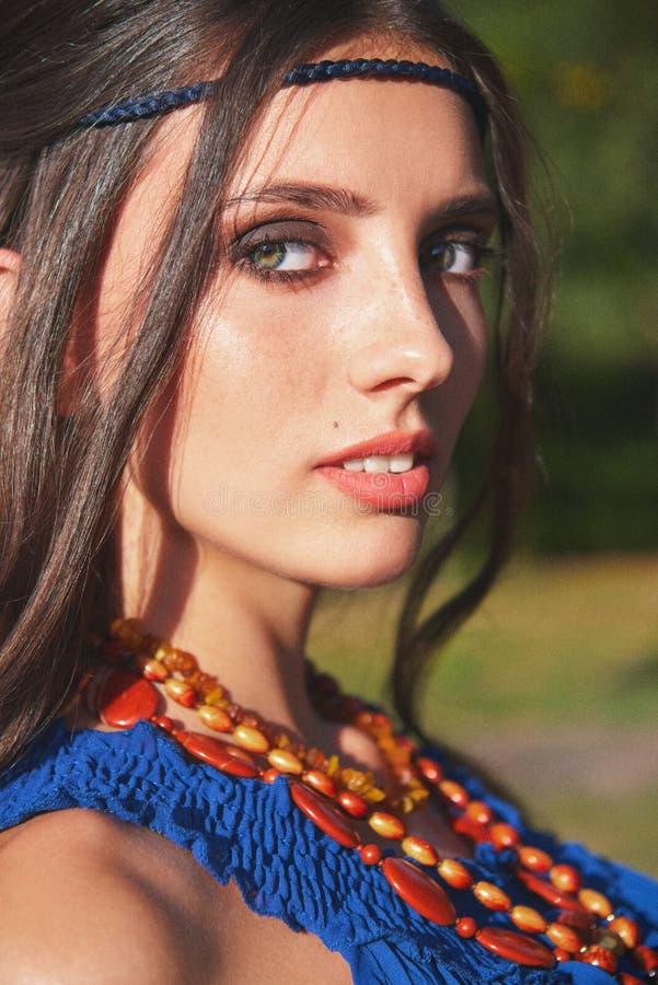 Portrait extérieur en gros plan de fille hippie de jeune boho mignon image libre de droits