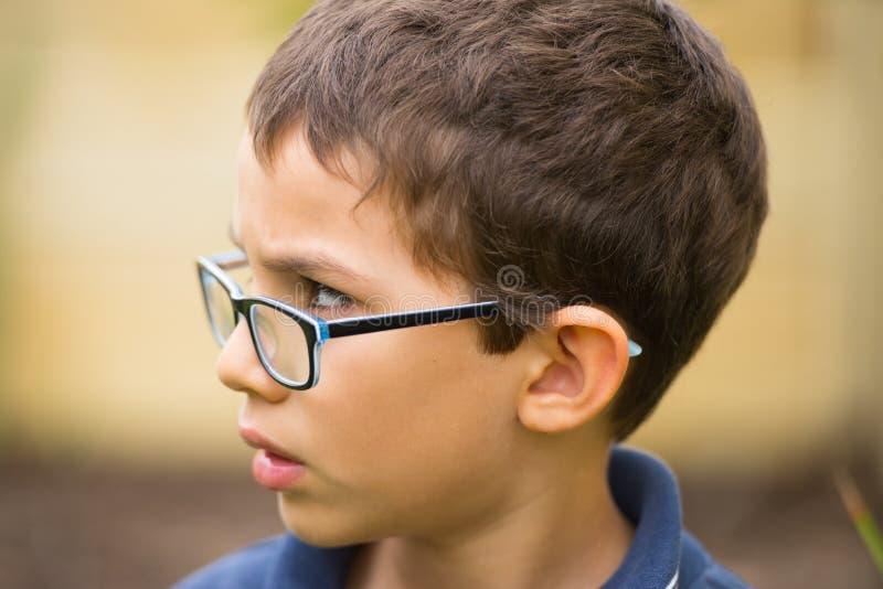 Portrait extérieur inquiété de jeune garçon bouleversé images libres de droits