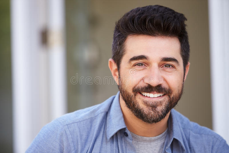Portrait extérieur principal et d'épaules d'homme mûr de sourire photo libre de droits
