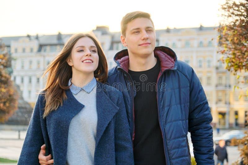 Portrait ext?rieur des couples heureux d'embrassement, de l'homme bel et de la femme marchant, ville de soir?e de fond images stock
