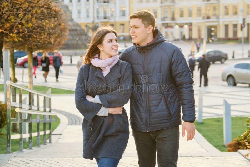 Portrait ext?rieur des couples heureux d'embrassement, de l'homme bel et de la femme marchant, ville de soir?e de fond image libre de droits