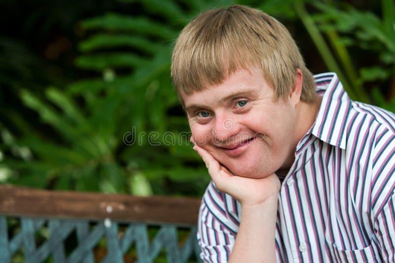 Portrait facial de menton de repos handicapé de garçon sur la paume de la main images stock