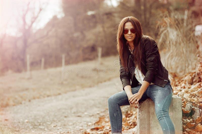 Portrait fascinant de jeune belle femme photo libre de droits