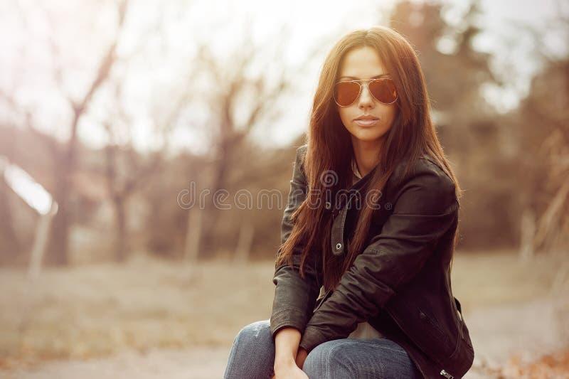 Portrait fascinant de jeune belle femme images stock