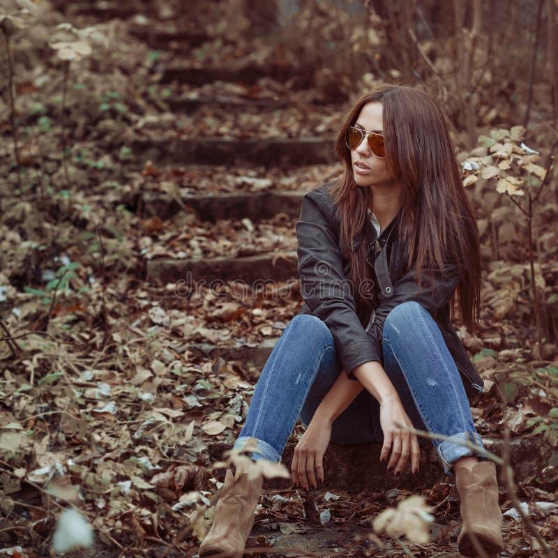 Portrait fascinant de jeune belle femme photographie stock libre de droits