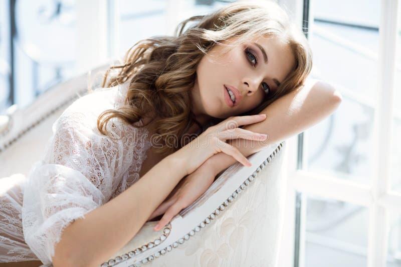Portrait femelle à la mode de dame mignonne dans la robe longue blanche à l'intérieur photos stock