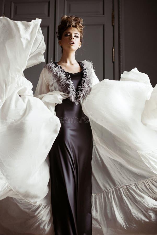 Portrait femelle à la mode de dame mignonne dans la robe à l'intérieur image libre de droits