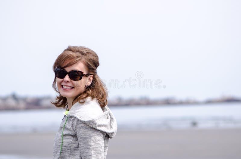 Portrait femelle sur le rivage rocheux le long de la côte atlantique de Maine, près de Portland, une journée de printemps obscurc image libre de droits