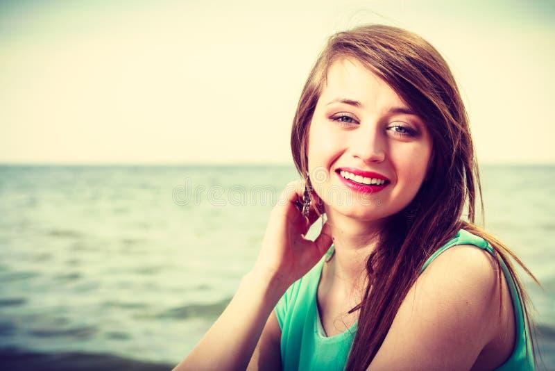Portrait, femme heureuse sur la plage près de la mer images stock