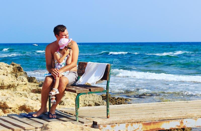 Portrait fille mignonne de embrassement de père heureux de petite sur le backg photos stock