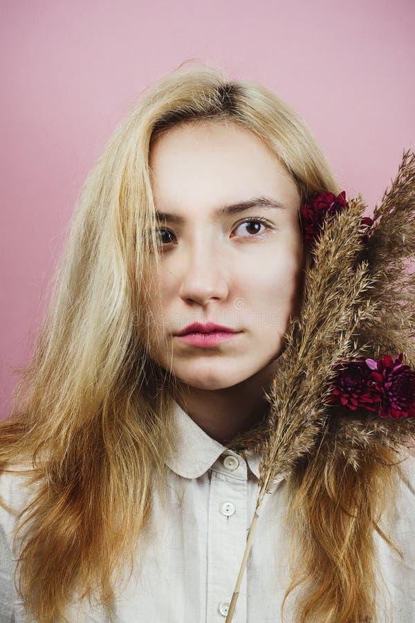 Portrait floral de jeune femelle adulte avec les cheveux blonds image libre de droits