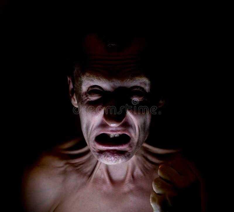 Portrait foncé élégant d'homme caucasien adulte avec le visage fâché et qui semble comme le fou photo libre de droits