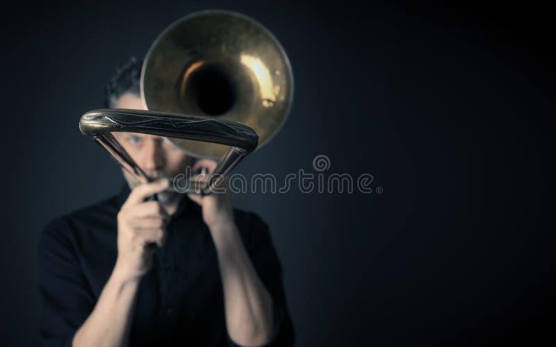 Portrait foncé d'un tromboniste image stock