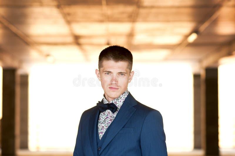 Portrait frontal d'un jeune homme attirant dans le costume bleu image libre de droits