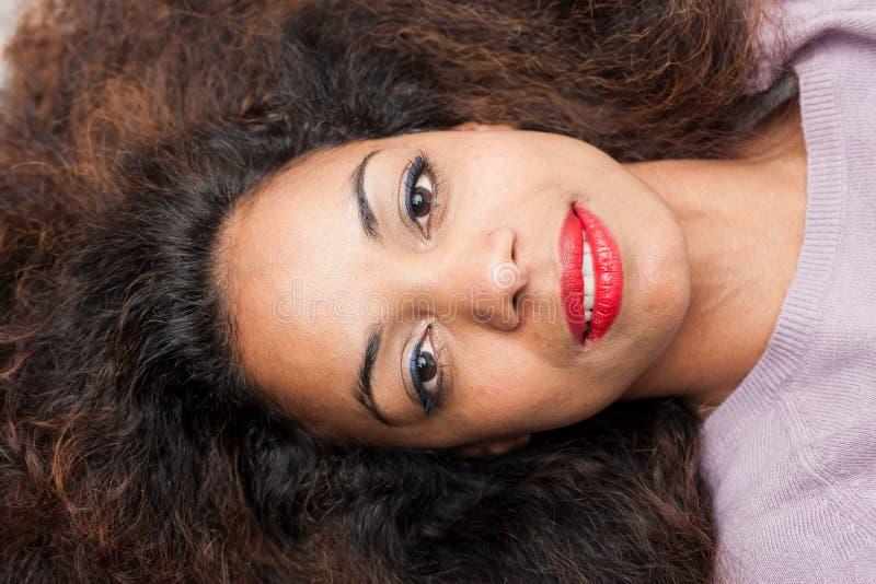 Portrait frontal d'une belle femme menteuse photos stock