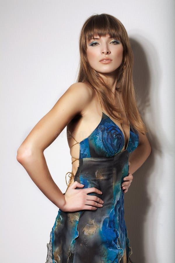 Portrait gentil de femme sensuelle dans la robe bleue élégante Pose à l'intérieur image libre de droits