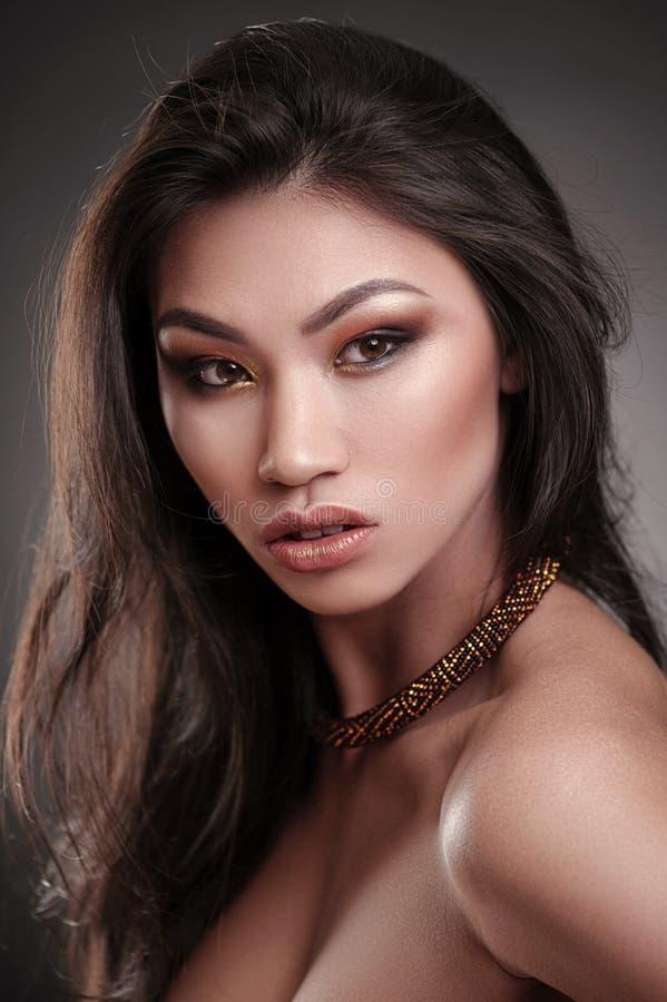 Portrait haut étroit d'un beau mannequin africain portant un collier saisissant d'ethncs photo stock