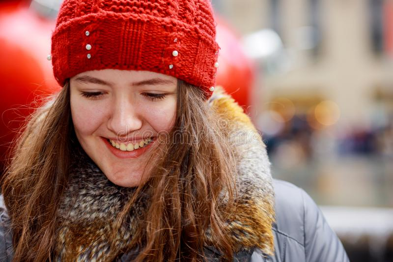Portrait haut étroit d'une belle fille de sourire avec les cheveux bruns utilisant un chapeau photos libres de droits