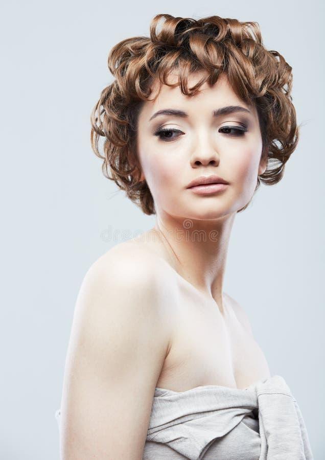 Portrait haut étroit de beauté de visage de jeune femme sur le fond blanc image stock