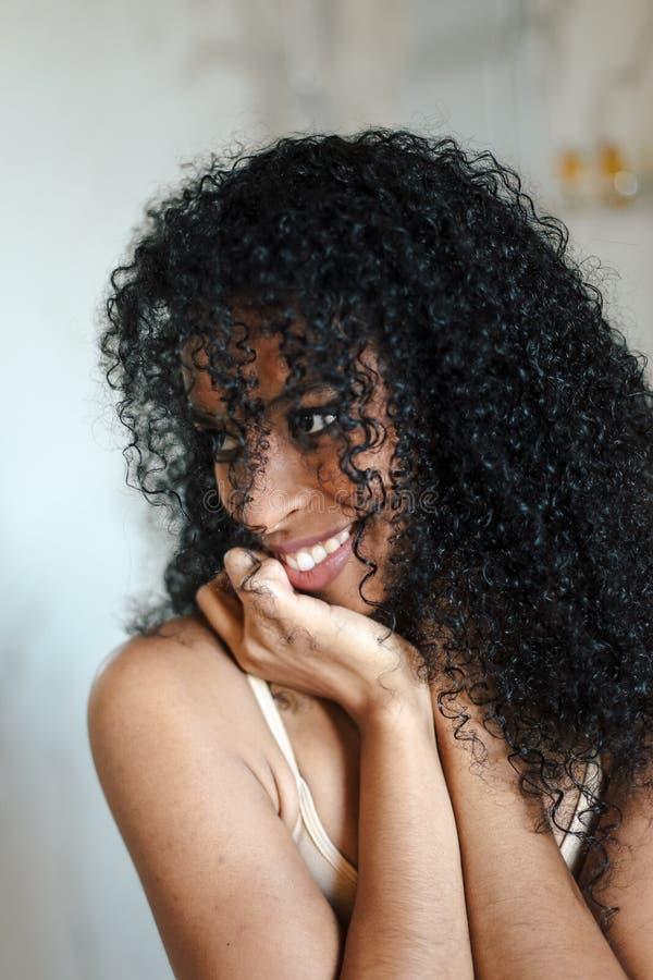 Portrait haut étroit de belle femme afro-américaine avec les cheveux bouclés noirs photos libres de droits
