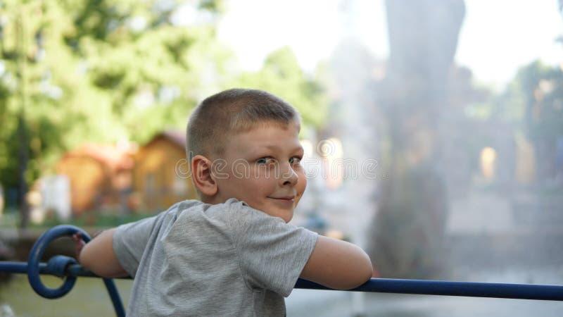 Portrait haut étroit de garçon de l'adolescence caucasien Adolescent drôle en parc d'été au jour photo libre de droits