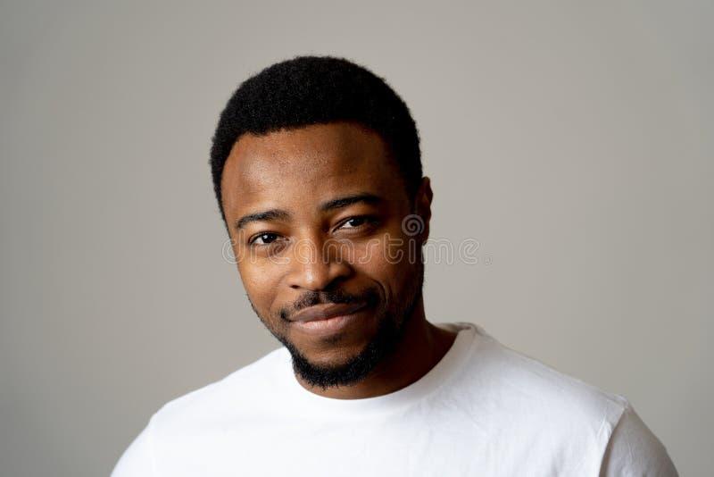 Portrait haut étroit de jeune homme beau dans des expressions du visage neutres de tisonnier et des émotions humaines photographie stock libre de droits