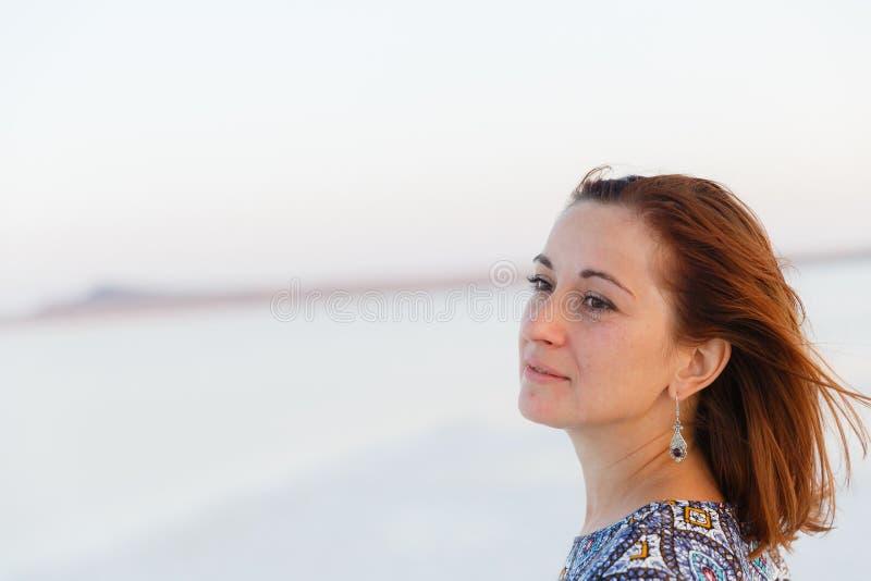 Portrait haut étroit de jolie fille appréciant le soleil, traces de sel sur le visage photos libres de droits