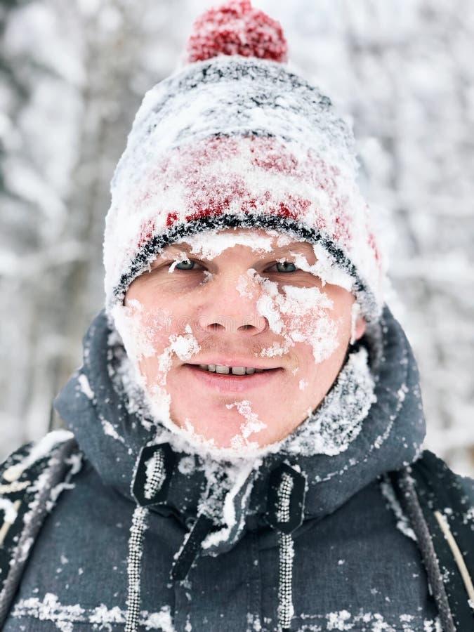Portrait haut étroit de l'homme avec le visage neigeux congelé image stock