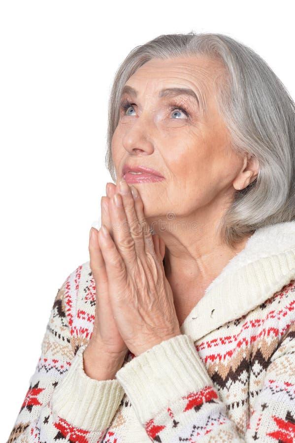 Portrait haut étroit de la belle prière mûre de femme photo stock
