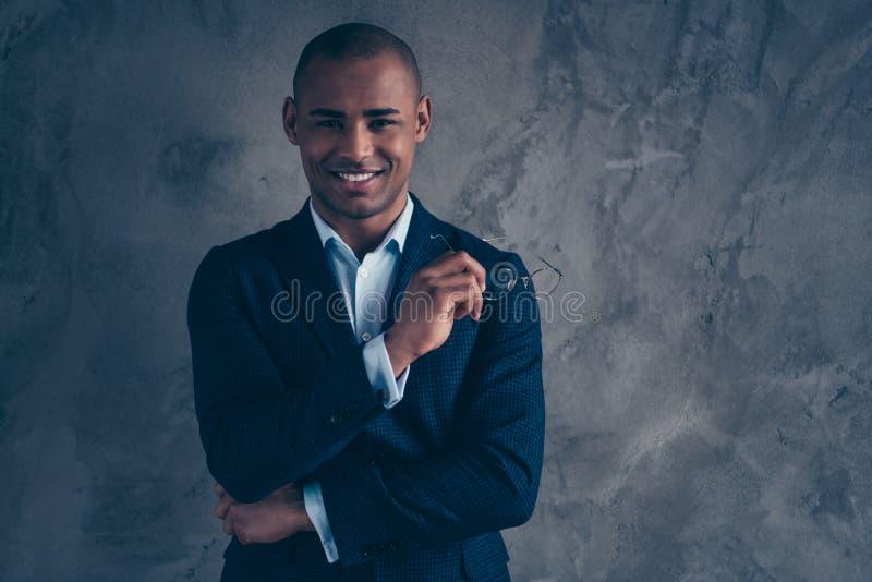 Portrait haut étroit de photo de gentil intelligent intelligent futé beau attrayant dans le vrai agent immobilier d'avocat bleu d image libre de droits