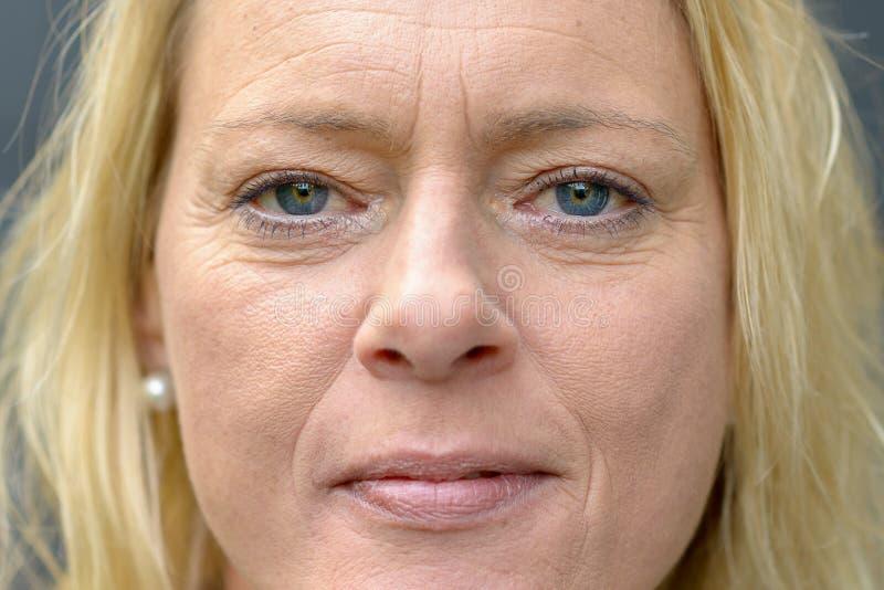 Portrait haut étroit de visage d'une femme d'une cinquantaine d'années images libres de droits