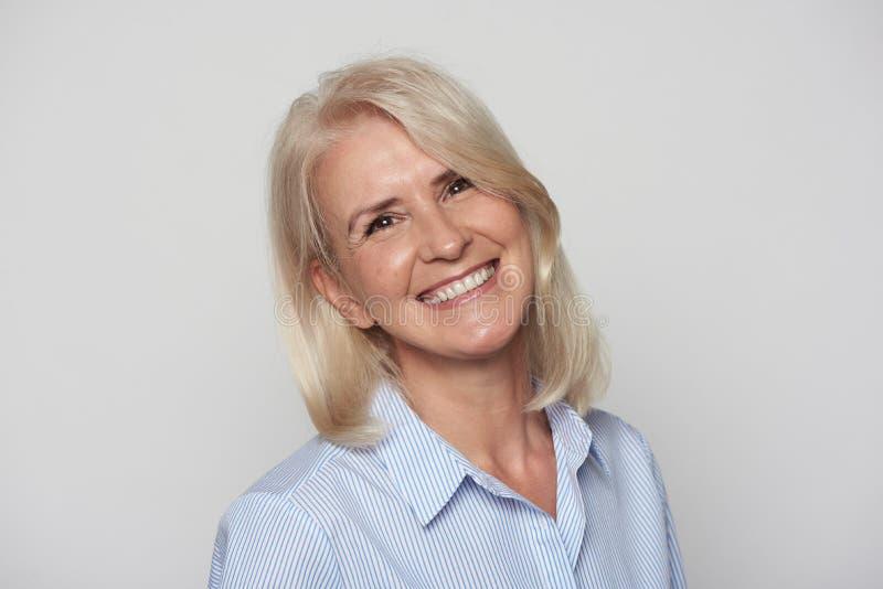 Portrait haut étroit du beau sourire de femme plus âgée d'isolement photographie stock libre de droits